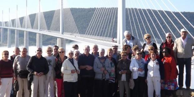 Club des anciens devant le viaduc de Millau